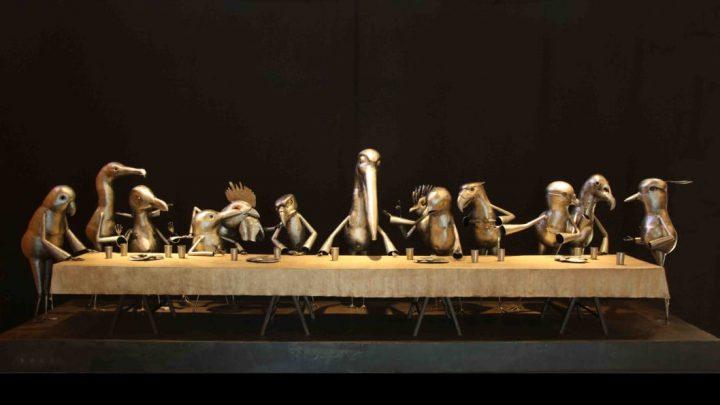 ESCULTURA EN CHAPA BATIDA «Salgan y hagan lío» , imperdible obra de Luis Saez referida a «La última cena» de Leonardo